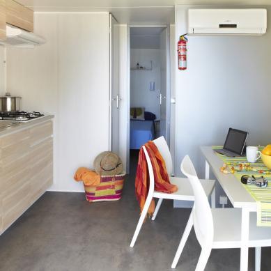 Cocina y comedor del Garbí - Camping & Bungalows Interpals
