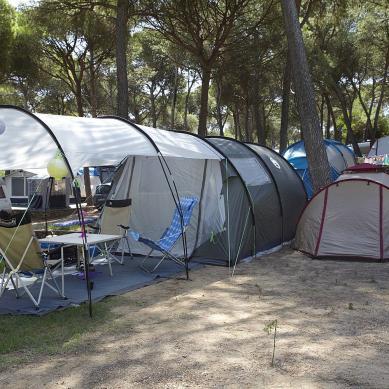 Parcela de camping con dos tiendas de campaña