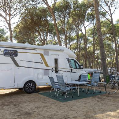 Autocaravana en una parcela de camping