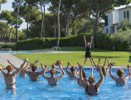 Persones ballant a la piscina de càmping