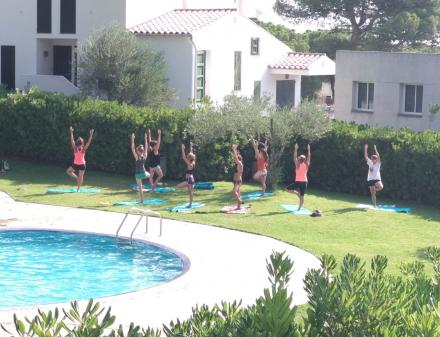 Yoga class in the pool of Camping Bungalows Interpals