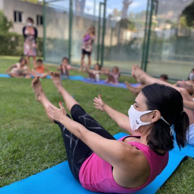 Camping con clases de yoga
