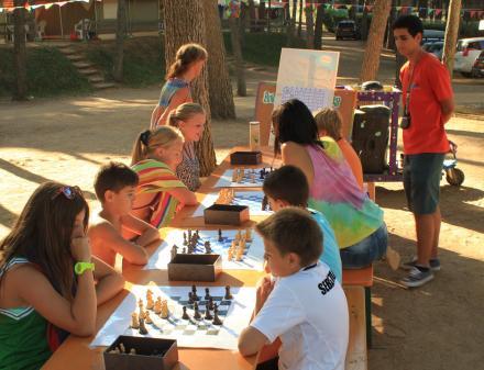 Nens de càmping jugant escacs