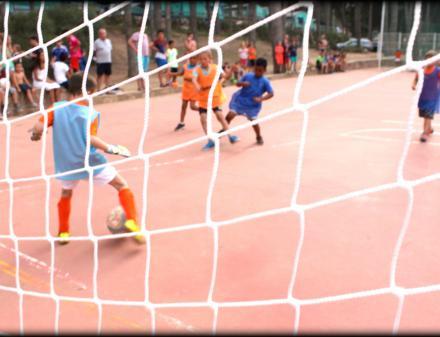 Partit de futbol infantil al Càmping Bungalows Interpals