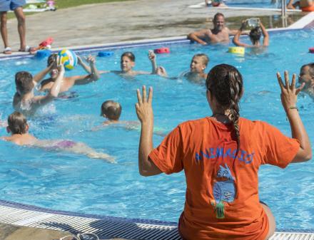 Jocs a la piscina exterior del Camping Interpals