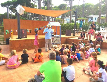 Espectacles infantils a l'escenari del Camping Bungalows Interpals