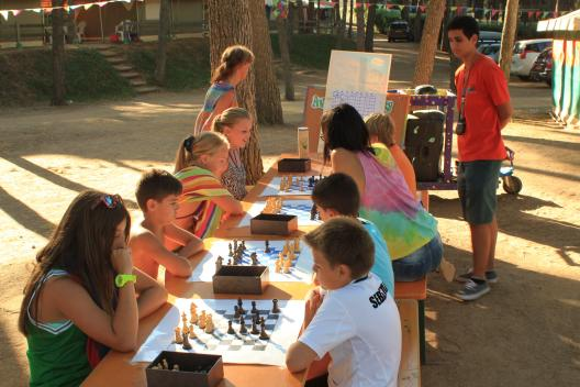 Children playing chess at Camping Bungalows Interpals