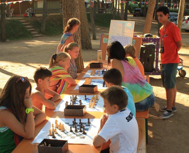 Nens jugant a escacs al Camping Bungalows Interpals