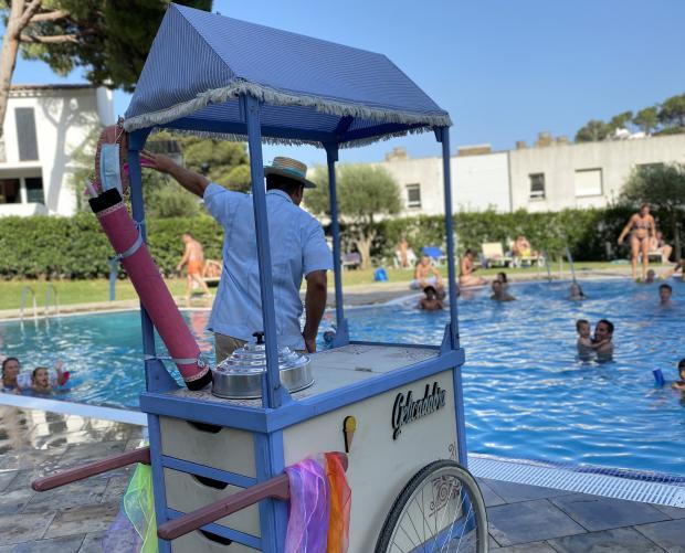 Camió dels gelats a la piscina infantil de Camping Interpals