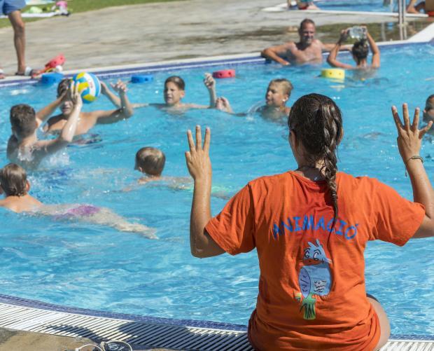 Jocs per a nens a la piscina al càmping