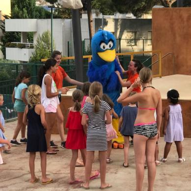 Niños con Pali la mascota