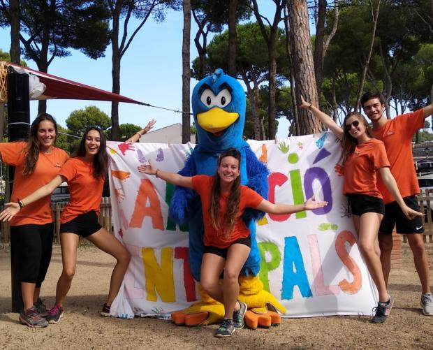 The mascot with the camping entertainment team