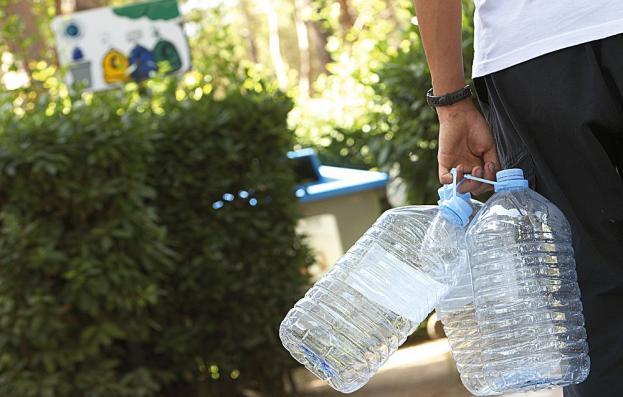 Persona reciclant envasos