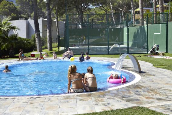 Families enjoying the swimming pool at Camping Interpals