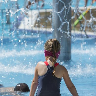 Cascada de agua en la piscina