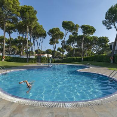 Natación al aire libre en la piscina