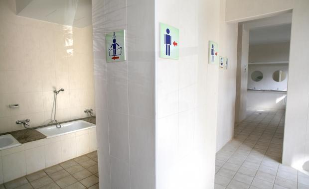 Los baños de las instalaciones del Camping Bungalows Interpals