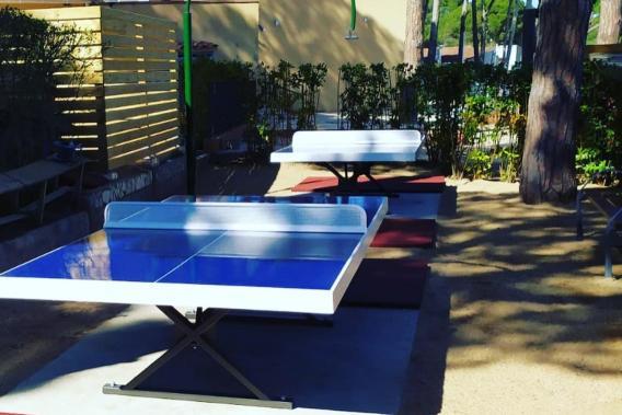 Mesas e ping pong en el exterior