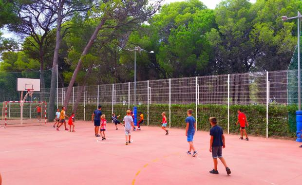 Nens jugant a futbol a la zona esportiva del Camping Interpals