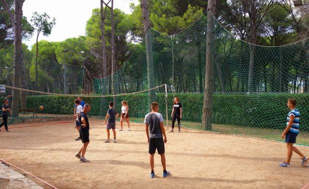 Equipo jugando en la zona deportiva del Camping Interpals