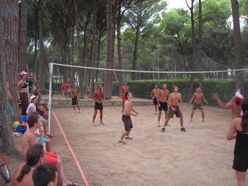 Match de volley-ball dans la zone sportive du camping