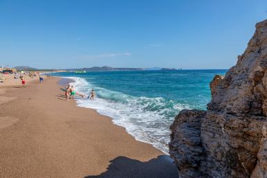 Kinderen spelen op het strand van Pals