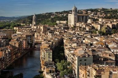 Luchtfoto van Girona en de rivier de Onyar