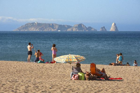 Strand met uitzicht op de Medes-eilanden