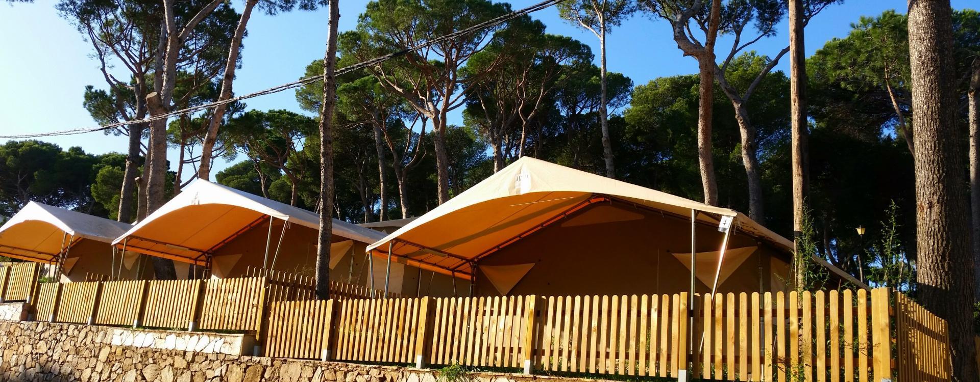 Grote tenten aan de Costa Brava