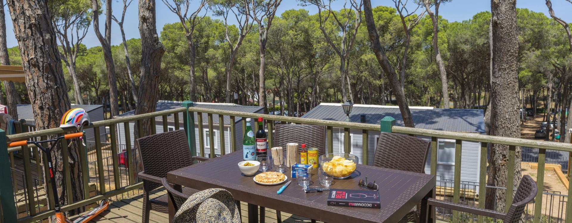 Vista de la terrassa dels bungalows del Camping Interpals
