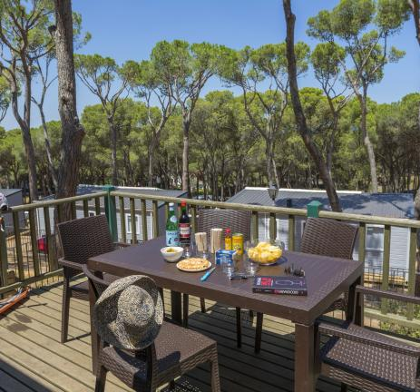View of the terrace of the bungalows at Camping Interpals