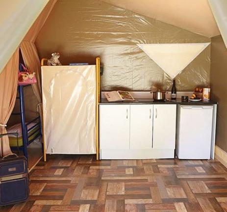 Tenda de campanya amb cuina al Camping & Bungalows Interpals