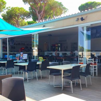 Terraza del restaurante de Camping & Bungalows Interpals